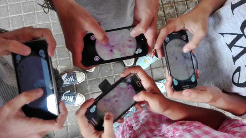 Escolares jugando