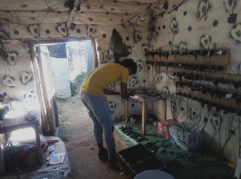 Tienda de recarga de móviles en un campo de refugiados de Shire (Etiopía)