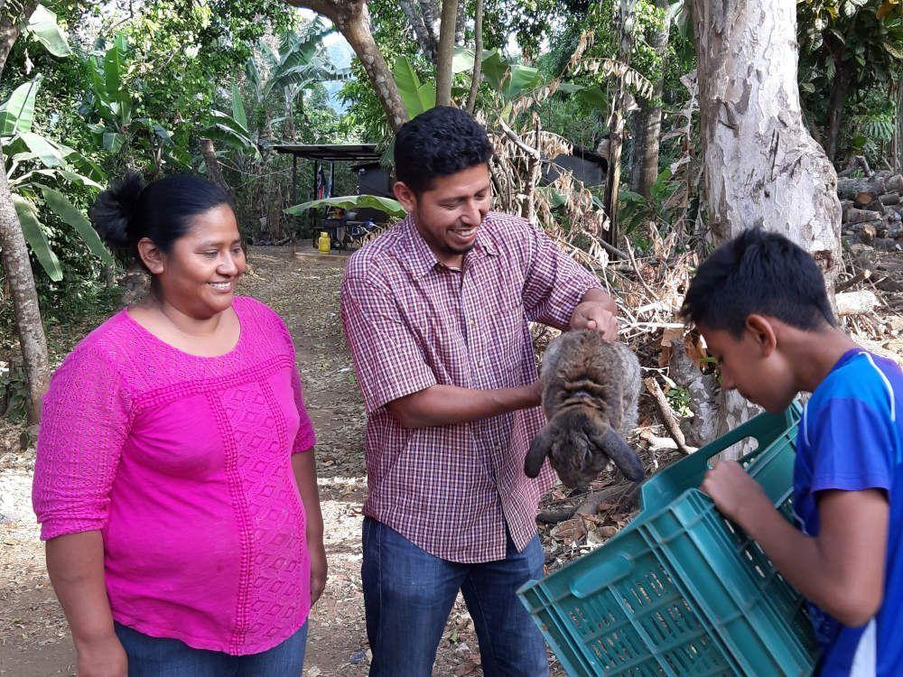 La agricultura familiar que muestra Juan Carlos Rivas combina la siembra de hortalizas con la cría de conejos y gallinas, en El Salvador